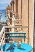 Балкон. Греция, Айос Николас : Апартамент в 30 метрах от пляжа, с гостиной, отдельной спальней и балконом