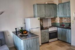 Кухня. Греция, Айос Николас : Апартамент в 30 метрах от пляжа, с гостиной, отдельной спальней и балконом