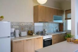 Кухня. Греция, Айос Николас : Апартамент недалеко от пляжа, с гостиной, отдельной спальней и балконом с шикарным видом на море