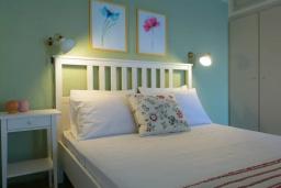 Спальня. Греция, Айос Николас : Апартамент недалеко от пляжа, с гостиной, отдельной спальней и балконом с шикарным видом на море