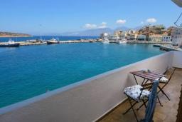 Вид на море. Греция, Айос Николас : Апартамент недалеко от пляжа, с гостиной, отдельной спальней и балконом с шикарным видом на море