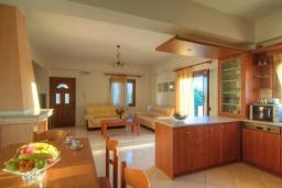 Кухня. Греция, Панормо : Роскошная вилла с бассейном и двориком с барбекю, 4 спальни, 2 ванные комнаты, парковка, Wi-Fi