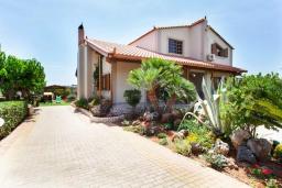 Фасад дома. Греция, Херсонисос : Прекрасная вилла с зеленым двориком и барбекю, 3 спальни, 2 ванные комнаты, парковка, Wi-Fi