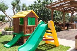 Детская площадка. Греция, Херсонисос : Прекрасная вилла с зеленым двориком и барбекю, 3 спальни, 2 ванные комнаты, парковка, Wi-Fi