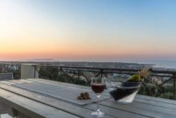 Балкон. Греция, Херсонисос : Роскошная вилла с видом на море, 4 спальни, 2 ванные комнаты, парковка, Wi-Fi