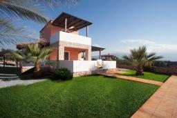 Фасад дома. Греция, Георгиуполис : Прекрасная вилла с бассейном и зеленым двориком с барбекю, 3 спальни, парковка, Wi-Fi