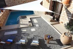 Бассейн. Греция, Панормо : Уютный каменный дом с бассейном с джакузи и двориком с барбекю, 2 спальни, 2 ванные комнаты, парковка, Wi-Fi