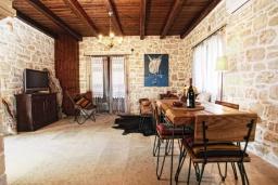Гостиная. Греция, Панормо : Уютный каменный дом с бассейном с джакузи и двориком с барбекю, 2 спальни, 2 ванные комнаты, парковка, Wi-Fi