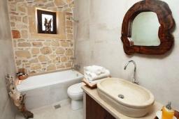 Ванная комната. Греция, Панормо : Уютный каменный дом с бассейном с джакузи и двориком с барбекю, 2 спальни, 2 ванные комнаты, парковка, Wi-Fi