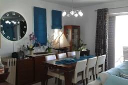 Обеденная зона. Греция, Аделе : Уютная вилла с бассейном и зеленым двориком, 3 спальни, 3 ванные комнаты, парковка, Wi-Fi