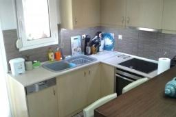 Кухня. Греция, Аделе : Уютная вилла с бассейном и зеленым двориком, 3 спальни, 3 ванные комнаты, парковка, Wi-Fi