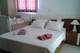 Спальня. Греция, Аделе : Уютная вилла с бассейном и зеленым двориком, 3 спальни, 3 ванные комнаты, парковка, Wi-Fi