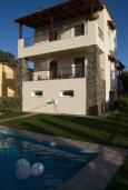 Фасад дома. Греция, Аделе : Уютная вилла с бассейном и зеленым двориком, 3 спальни, 3 ванные комнаты, парковка, Wi-Fi