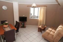Гостиная. Греция, Панормо : Апартамент в 50 метрах от пляжа, с гостиной, отдельной спальней и балконом с видом на море