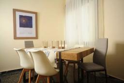 Обеденная зона. Греция, Ретимно : Апартамент с гостиной, тремя спальнями и балконом