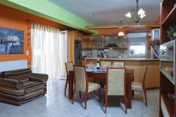 Кухня. Греция, Аделе : Апартамент с гостиной, тремя спальнями и балконом