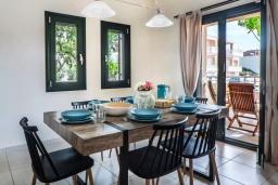 Обеденная зона. Греция, Ханья : Уютная вилла с двориком и барбекю, 3 спальни, парковка, Wi-Fi