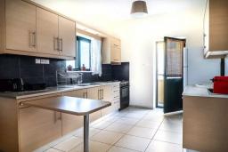 Кухня. Греция, Ханья : Уютная вилла с двориком и барбекю, 3 спальни, парковка, Wi-Fi