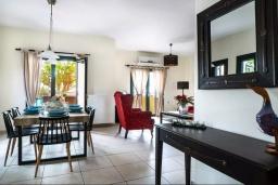 Гостиная. Греция, Ханья : Уютная вилла с двориком и барбекю, 3 спальни, парковка, Wi-Fi