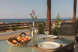 Обеденная зона. Греция, Айя Марина : Прекрасная вилла с двориком и видом на море, 3 спальни, 2 ванные комнаты, парковка, Wi-Fi
