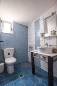 Ванная комната. Греция, Ираклион : Апартамент с большой гостиной, тремя спальнями, двумя ванными комнатами и балконом с видом на море