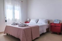 Спальня. Греция, Ираклион : Апартамент с большой гостиной, тремя спальнями, двумя ванными комнатами и балконом с видом на море