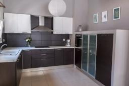 Кухня. Греция, Ираклион : Апартамент с большой гостиной, тремя спальнями, двумя ванными комнатами и балконом с видом на море