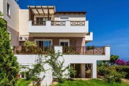 Фасад дома. Греция, Ретимно : Апартамент с гостиной, двумя спальнями и большим балконом