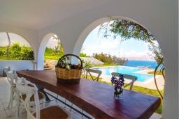 Обеденная зона. Греция, Коккино Хорио : Роскошная современная вилла с шикарным видом на море, с 7-ю спальнями, с бассейном, зелёным двориком, патио и барбекю