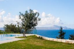 Вид на море. Греция, Коккино Хорио : Роскошная современная вилла с шикарным видом на море, с 7-ю спальнями, с бассейном, зелёным двориком, патио и барбекю