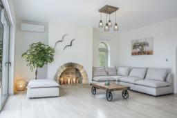Гостиная. Греция, Коккино Хорио : Роскошная современная вилла с шикарным видом на море, с 7-ю спальнями, с бассейном, зелёным двориком, патио и барбекю