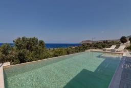 Бассейн. Греция, Фаласарна : Современная вилла с потрясающим видом на море, с 2 спальнями, с бассейном, джакузи, барбекю и патио
