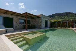 Фасад дома. Греция, Фаласарна : Современная вилла с потрясающим видом на море, с 2 спальнями, с бассейном, джакузи, барбекю и патио
