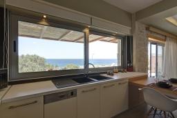 Кухня. Греция, Фаласарна : Современная вилла с потрясающим видом на море, с 2 спальнями, с бассейном, джакузи, барбекю и патио