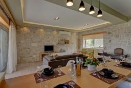 Гостиная. Греция, Фаласарна : Современная вилла с потрясающим видом на море, с 2 спальнями, с бассейном, джакузи, барбекю и патио