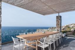 Обеденная зона. Греция, Ханья : Роскошная вилла с с шикарным видом на море, с 6 спальнями, с бассейном, барбекю и патио