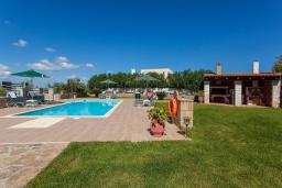 Территория. Греция, Георгиуполис : Впечатляющая вилла с 3 спальнями, с большим бассейном, зелёным садом,  патио и барбекю, расположена в деревне Litsarda