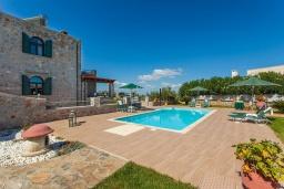 Бассейн. Греция, Георгиуполис : Впечатляющая вилла с 3 спальнями, с большим бассейном, зелёным садом,  патио и барбекю, расположена в деревне Litsarda