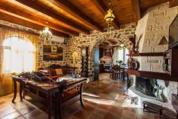 Гостиная. Греция, Георгиуполис : Впечатляющая вилла с 3 спальнями, с большим бассейном, зелёным садом,  патио и барбекю, расположена в деревне Litsarda