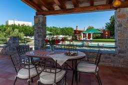 Обеденная зона. Греция, Георгиуполис : Впечатляющая вилла с 3 спальнями, с большим бассейном, зелёным садом,  патио и барбекю, расположена в деревне Litsarda
