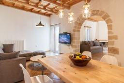 Гостиная. Греция, Георгиуполис : Каменный дом с 2 спальнями, бассейном и приватным двориком с барбекю и тенистым патио