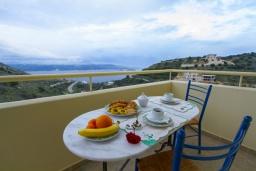 Балкон. Греция, Каливес : Прекрасная вилла с видом на море, с 3 спальнями, с бассейном, патио и барбекю, расположена в традиционной деревне Megala Chorafi