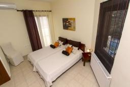 Спальня. Греция, Каливес : Прекрасная вилла с видом на море, с 3 спальнями, с бассейном, патио и барбекю, расположена в традиционной деревне Megala Chorafi