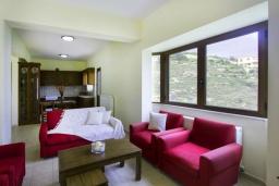 Гостиная. Греция, Каливес : Прекрасная вилла с видом на море, с 3 спальнями, с бассейном, патио и барбекю, расположена в традиционной деревне Megala Chorafi