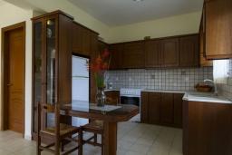 Кухня. Греция, Каливес : Прекрасная вилла с видом на море, с 3 спальнями, с бассейном, патио и барбекю, расположена в традиционной деревне Megala Chorafi