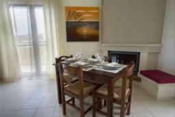 Обеденная зона. Греция, Каливес : Прекрасная вилла с видом на море, с 3 спальнями, с бассейном, патио и барбекю, расположена в традиционной деревне Megala Chorafi
