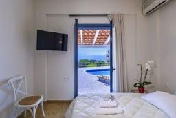 Спальня. Греция, Ханья : Уютная вилла с видом на море, с 3 спальнями, с бассейном и патио с барбекю