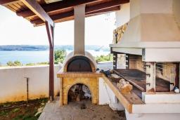Территория. Греция, Каливес : Прекрасная вилла с видом на море, с 3 спальнями, 2 гостиными и 2 кухнями, с бассейном, зелёным двориком с барбекю и  настольным теннисом