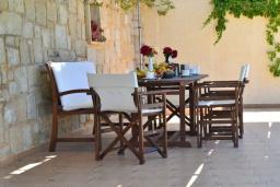 Обеденная зона. Греция, Фаласарна : Прекрасная вилла с видом на море, с 3 спальнями, с бассейном, зелёным двориком, джакузи и барбекю