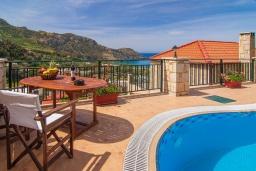 Зона отдыха у бассейна. Греция, Фаласарна : Прекрасная вилла с видом на море, с 3 спальнями, с бассейном, зелёным двориком, джакузи и барбекю